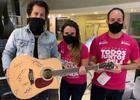 Jota Quest doa violão pra família comprar remédio mais caro do mundo