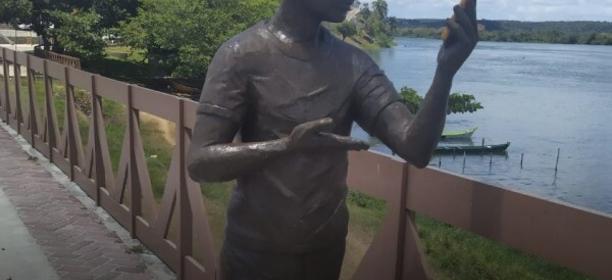 Moradores de Penedo impediram a instalação de uma estátua em homenagem ao influenciador digital Carlinhos Maia. Veja vídeo